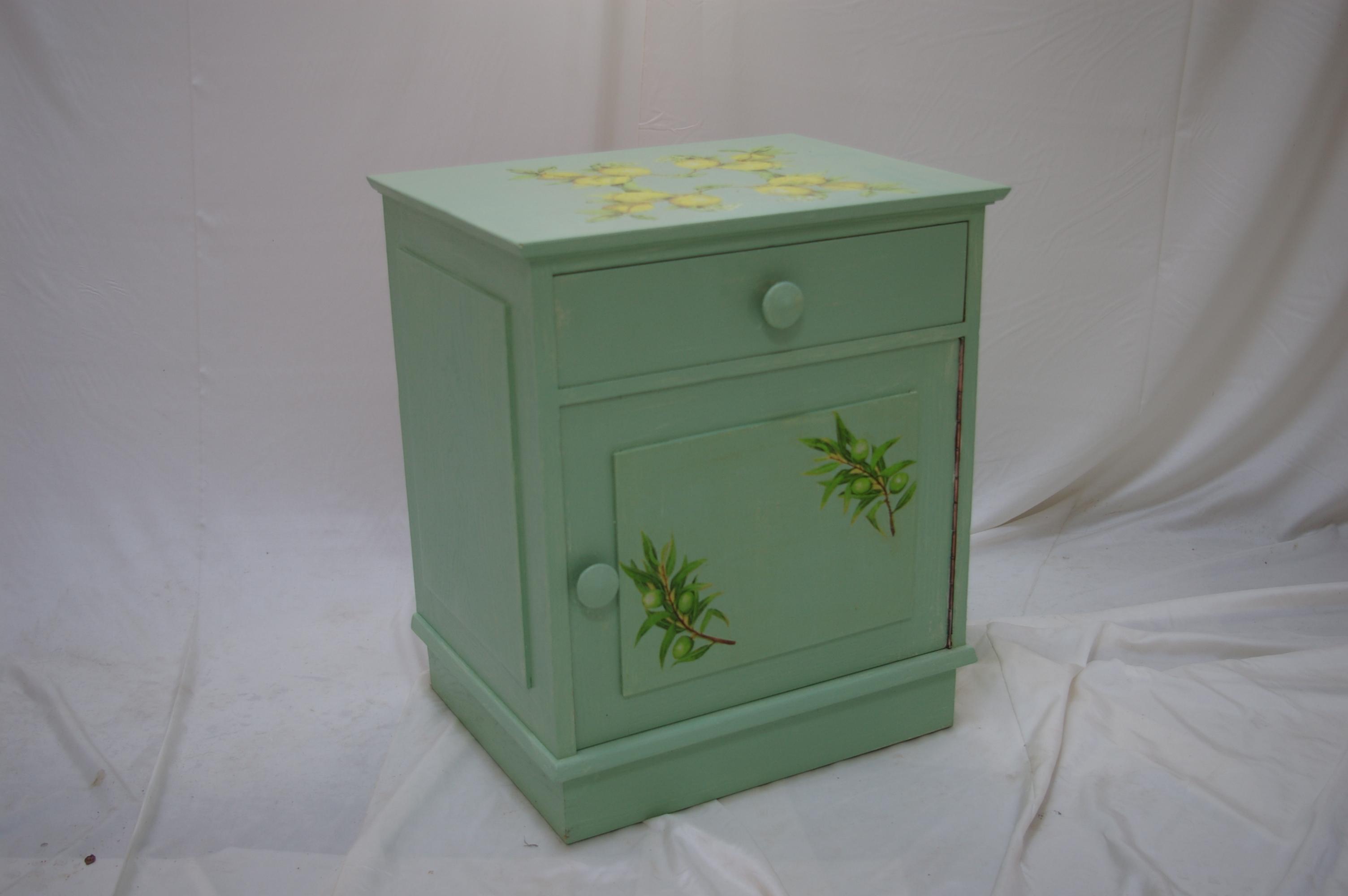 Kleiner grüner Nachtschrank mit neuem Gesicht: Verzierungen mit Olivenzweigen