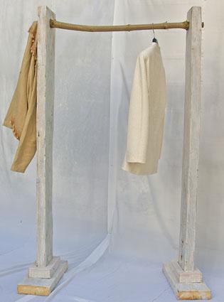 Weißer Kleiderständer aus Treibholz