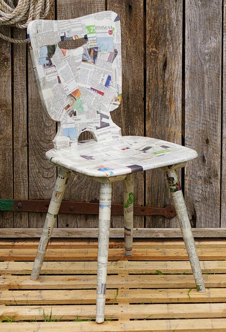 Upcycling: Ein Stuhl mit Zeitungspapier verkleiden
