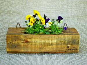 Im Garten fängt es an zu blühen und neue Blumenkästen aus Palettenholz