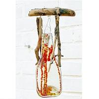 Schöne Windspiele mit Treibholz und geschmolzenen Flaschen