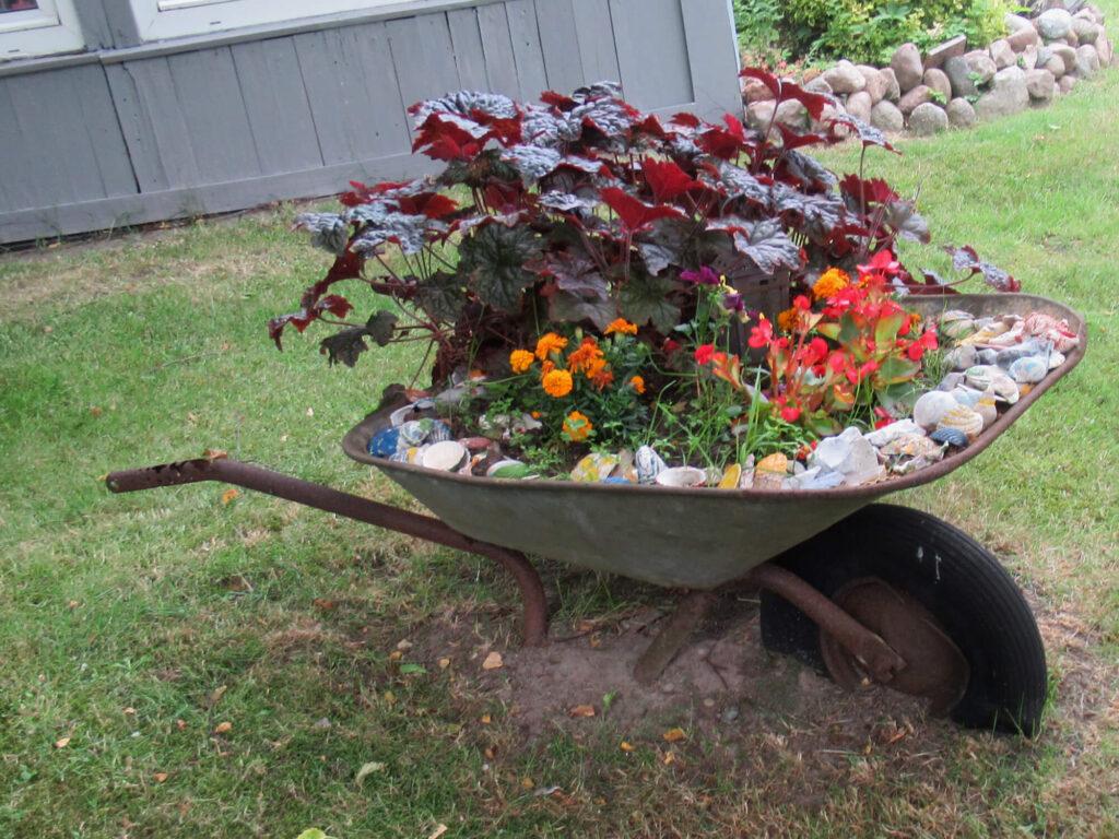 Alte Schubkarre als Gartendekoration, so geht nachhaltliges Leben.